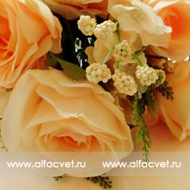 букет роз с добавкой фиалка цвета кремовый 24