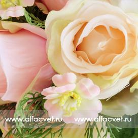 букет роз с добавкой цвета кремовый с розовым 56